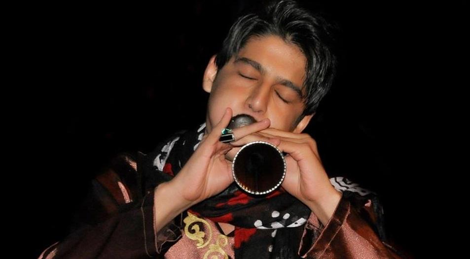 محسن کیهاننژاد با گُلوَنی در کنسرت وحید تاج