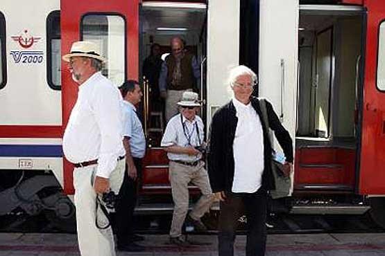 نخستین قطار گردشگران خارجی وارد میشود