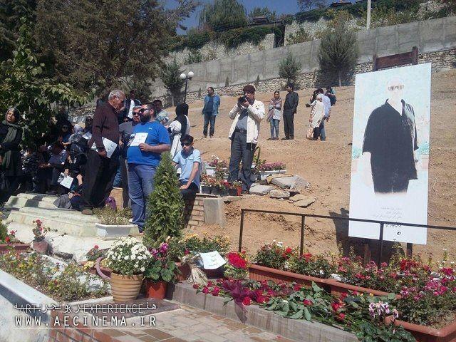 سینماگران و مردم بر مزار عباس کیارستمی گرد آمدند