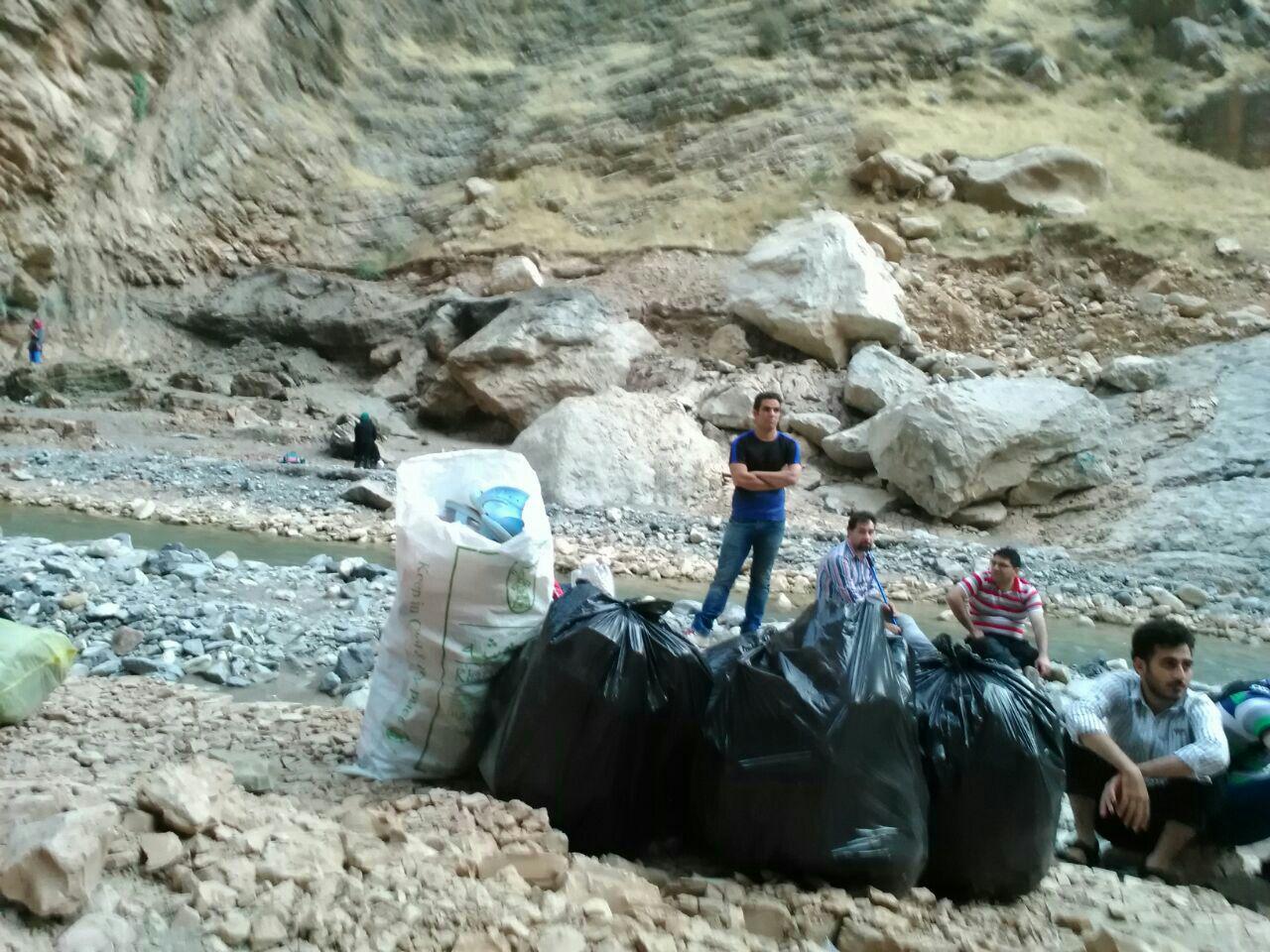 طبیعتدوستان خرمآبادی تنگه هلت را از زباله پاکسازی کردند