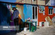 این مرد روی کانکس زلزلهزدگان رنگ میپاشد