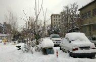 برف روی کاجها، ماشینها، جادهها، خانهها و خِرتناق ما