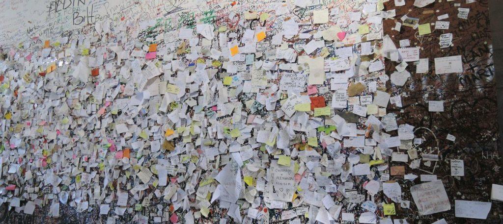 نامههای مردم بر دیوار خانه فرضی ژولیت
