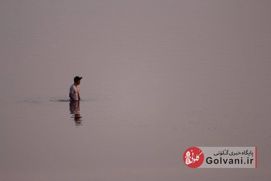 آخرین شنای مردم در دریاچه ارومیه کم آب