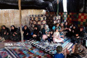 زنان مشغول خواندن و دست زدن در سیاه چادر لرستان