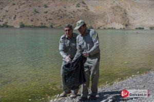 مدیرکل حفاظت محیط زیست لرستان در حال جمع آوری زباله