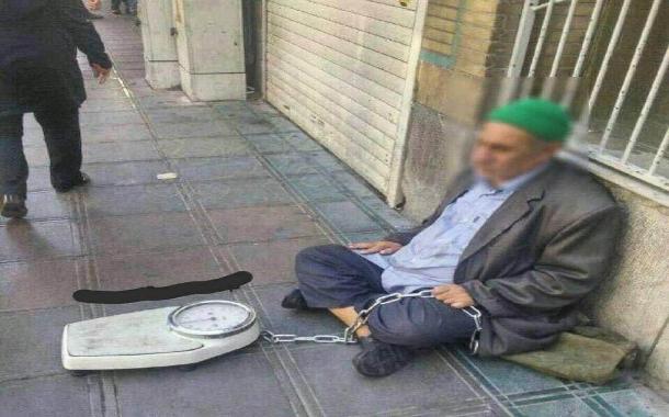 ترازویی که پیرمرد نابینا از ترس سرقت با زنجیر بسته است