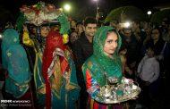 داماد در روز عروسی به محلهها و کوچههای کیش میرود و مردم بر سرش نثور میریزند