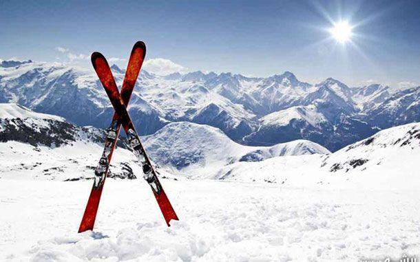 مأموران پلیس کوهستان مسلط به اسکی و تأمین نظم و امنیت شهروندان