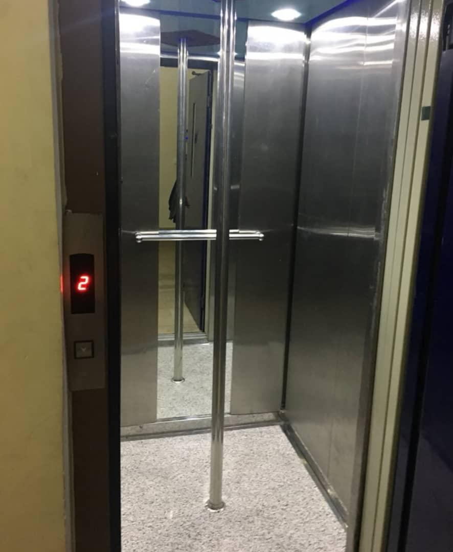 نصب میله در وسط آسانسور کاری شرمآور و غیرانسانی است