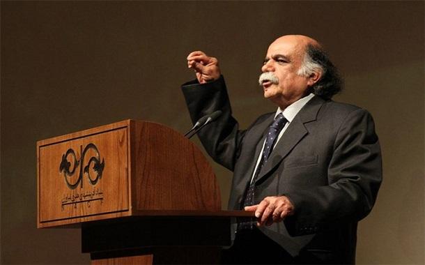 کزازی استاد ادبیات و نویسنده از برخواستن برای یاری زبان پارسی میگوید