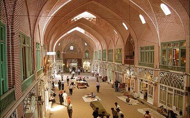 خرید شب عید مردم شروع شده است اما بازار آنقدر که باید شلوغ نیست