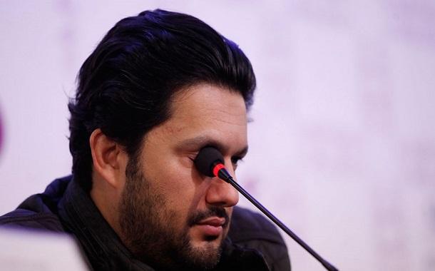 حامد بهداد با سختی بسیار توانست در صحبتهایش از چند کلمه فارسی استفاده کند