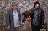 عقاب طلایی روی دست آقای رضا یزدانی چه میکند؟ جای عقاب طلایی در خانه سلبریتی است؟